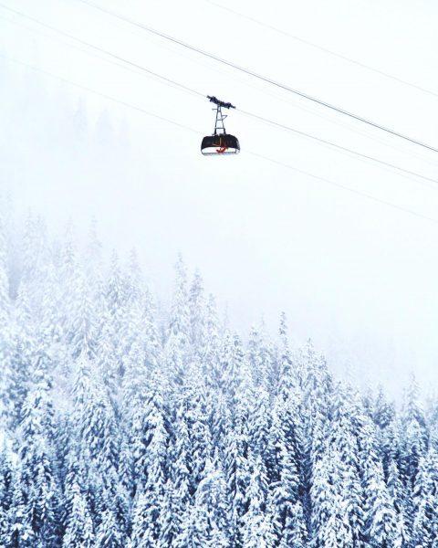 In der 🚠 von 1444m in Lech auf den 2350m hohen Rüfikopf 🏔 ...