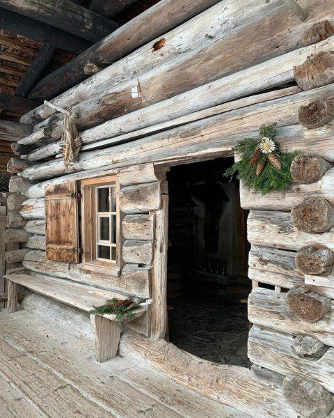 Die mehr als 400 Jahre alte Vorsäßhütte im Holdamoos ist auf alle Fälle ...