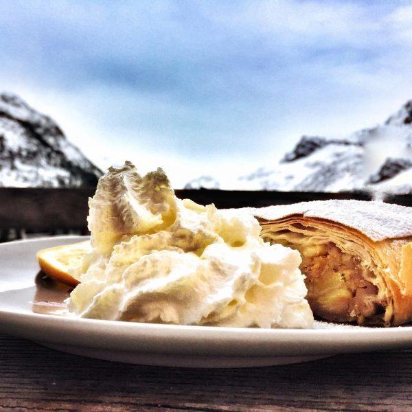Apfelstrudel mit Aussicht und Sahne 😋 #skifahren #schnee #skiing #loveskiing #freeride #neverstopexploring #rausundmachen ...