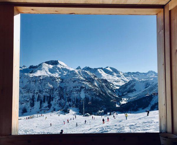 Fenster zum Schnee ☃️Blick ins neue Jahr 🥂🍾🍀 #happynewyear2020 #derwolf #derwolfarlberg #lech #arlberg ...