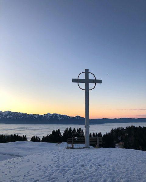 Der Sonne entgegen. #nebel #sonne #nebelmeer #winter #berge #übersaxen #meinvorarlberg #ländle #ferien #vorarlberg ...