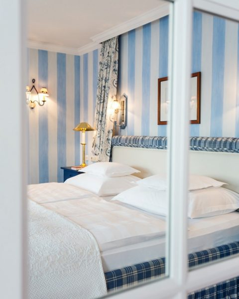 Ambiente mit schönen Stoffen in den Zimmern vom Hotel Edelweiß in Zürs, im ...