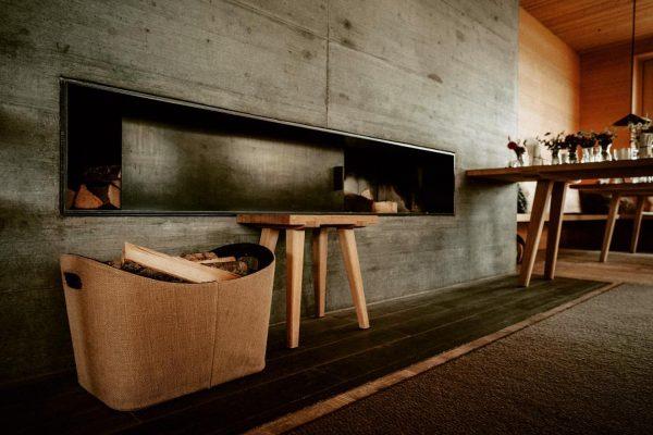warm & cozy ☕️ 🧣🔥 @dan_jenson #winterwolferland #shelterinthestorm #homeofpow #warmandcozy #chimney #bernardobaderarchitects #mountainvibes ...