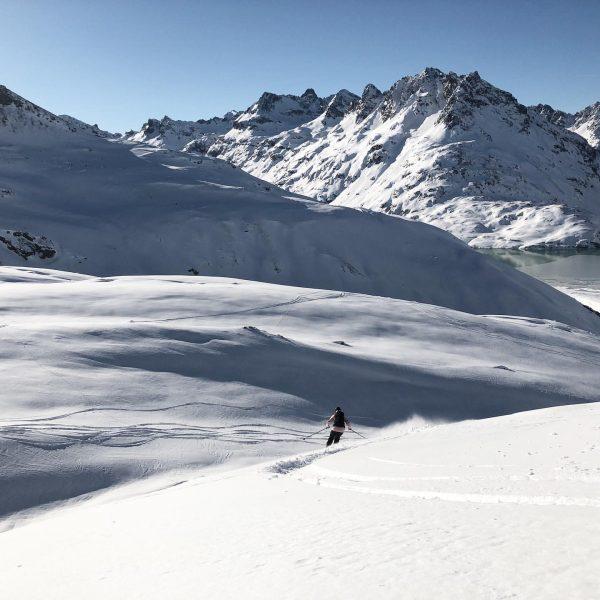 Hände hoch - Wochenende 🙌 #freerideski #ski #winter #bielerhöhe #silvrettamontafon #freerideeldorado #stillfriendsonpowderdays #vorarlberg ...