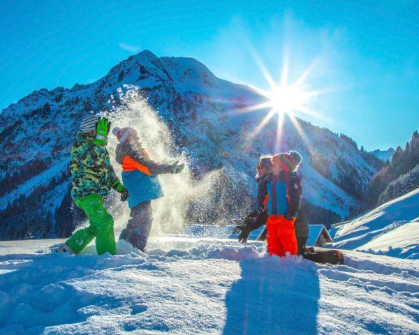 Der Kleinwalsertaler Rosenhof. Spaß im Schnee. #kleinwalsertal #derkleinwalsertalerrosenhof #alpenliebe #wintervergnügen #wintersportgebiet #mittelberg #österreich🇦🇹