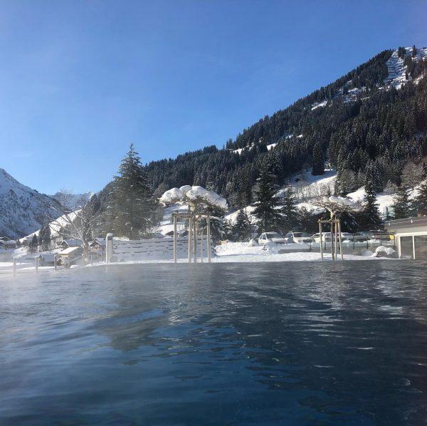 Nach einem perfekten Skitag - die wärmenden Sonnenstrahlen noch in unserem Infinitypool genießen ...