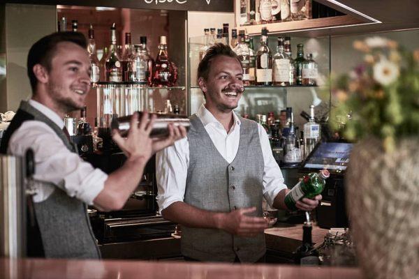 Johannes und Martin an der Bar - Johannes ist von seiner Weltreise zurück ...