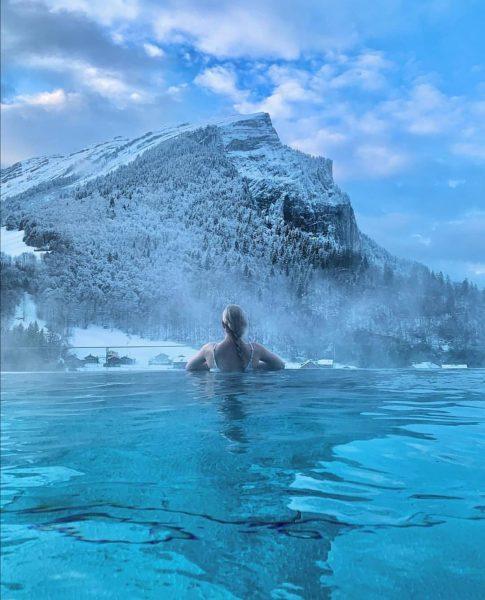 Starte den Tag im Adler Stil: im beheizten Infinity Pool, bei 32 Grad, ...