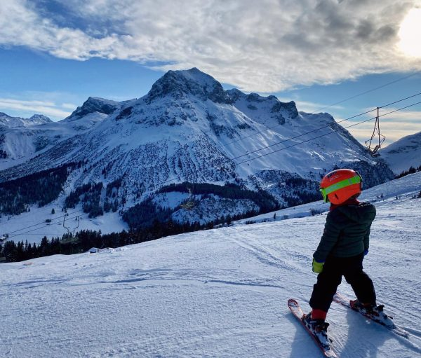 hitting the slopes with the lil racer #lechamarlberg #arlberg #lechzuers #austria #winterholiday #skiing #kidshavingfun #visitvoralberg #pochelmets #luxurymoment...