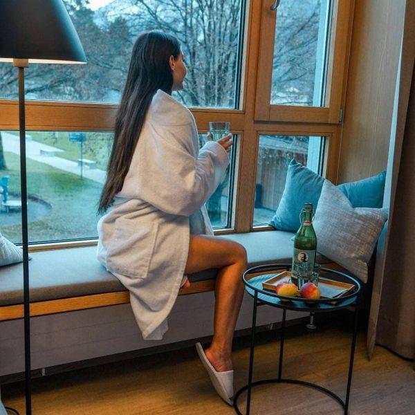 Aus unseren Hotelzimmern genießt du einen wunderbaren Blick auf das Freibad und das ...