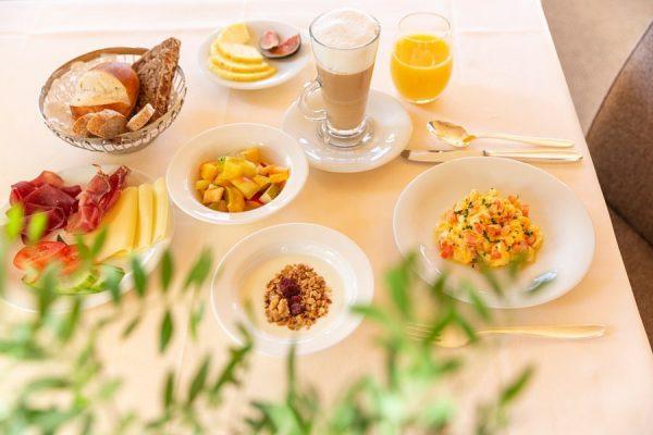 Feines Frühstück. Liebevoll zubereitet von unserem Frühstückskoch Bislan. Delicious breakfast. #auroralech #bergefürdieseele #frühstück ...