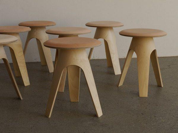 keila Das Konstruktionsprinzip des Hockers beruht auf verleimten Furnierlagen. Die Sitzfläche ist aus ...