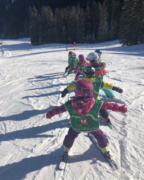 Kleine Flieger ✈️⛷ • #ski #kleinwalsertal #burmi #vorarlberg #skischule #österreich #skifahren #schnee #snow ...