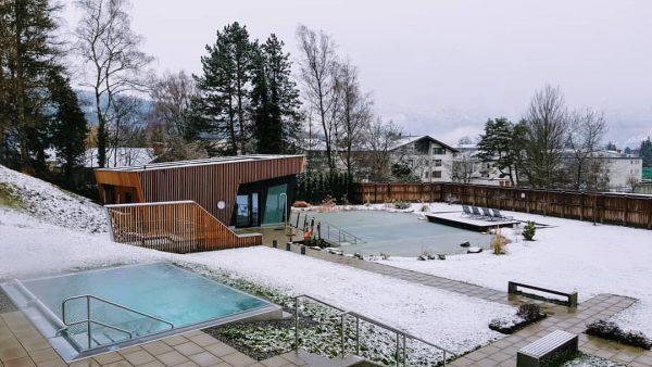 Bei diesen kalten Außentemperaturen lässt es sich in unserem 35 Grad warmen Pool ...