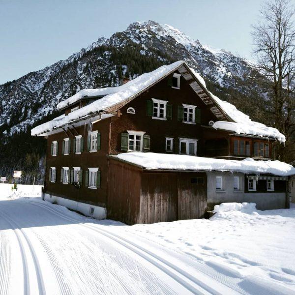🏠❄☀ #kleinwalsertal #vorarlberg #austria #tradition #winter #snow #sunshine #perfectwinterday #langlauf #loipe #steinbockloipe #crosscountryskiing