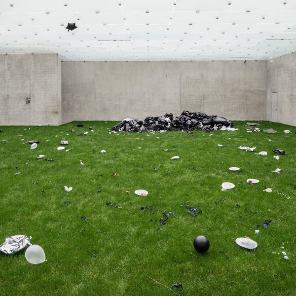 Bunny Rogers` »Trash Mound« is referring to national tragedies and the collective excess ...