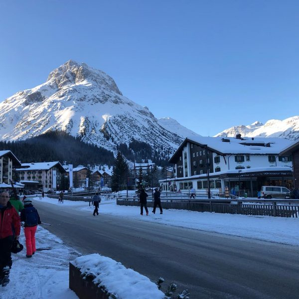 Morning ! #omeshorn #lech #austria #ski #skiaustria #powdersnow #sunshine