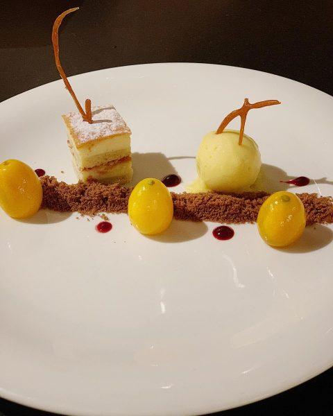 Süßer Abschluss unseres heutigen Genussmenüs: Lauwarmer Käsekuchen mit Mangosorbet und Kumquat. . . ...