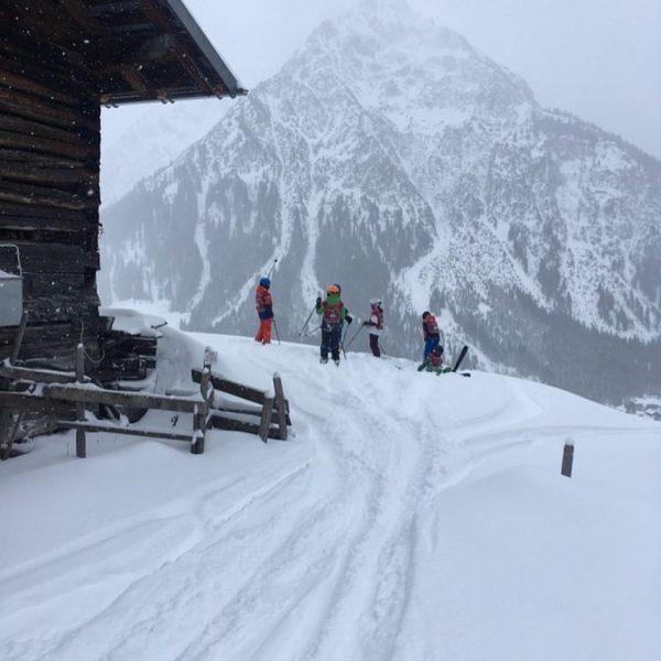 Endlich wieder Neuschnee 😍 • #ski #kleinwalsertal #burmi #vorarlberg #skischule #österreich #skifahren #schnee ...