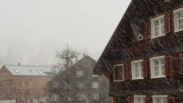 Es #stürmt und #schneit in #schwarzenbergbregenzerwald ❄❄☃️💃😍 . . . www.boedele.info, www.schwarzenberg.at . ...
