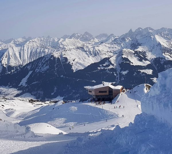Vanaf de top Hahnenköpfle heb je een mooie blik op het skigebied, het ...