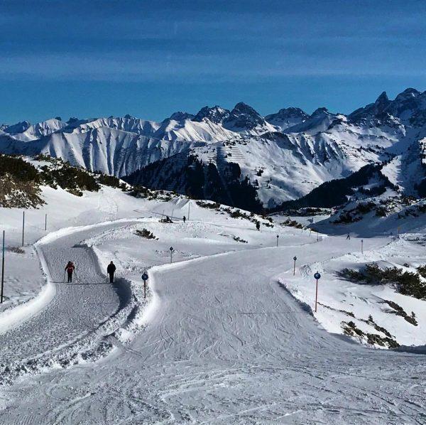 Wanderen und Skifahren geht auf #Ifen sehr gut zusammen! #Kleinwalsertal #Winterwonderland