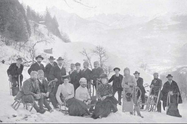 Schrunser Rodelgesellschaft, um 1907 Mehr zur Geschichte des Wintersports findet sich in der ...