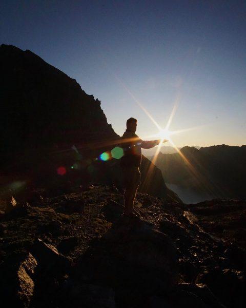 Die Sonne in den Händen☀️ ***** #schilder #signs #hiking #wandern #sonne #sun #mountains #berge #sky #himmel #alps...