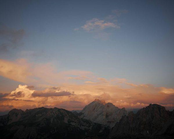Langsam senkt sich die Nacht über die Welt und ich merke, wie unwirtlich die Natur hier oben...