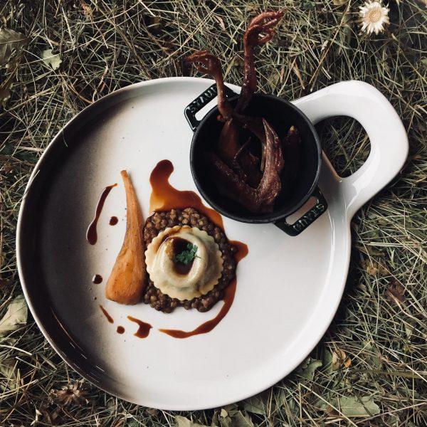 Taube mit Alblinsen, Pastinake und Blutwurst Ravioli von @schoepftobias & @gitterlemarkus im @fuxbau_restaurant ...