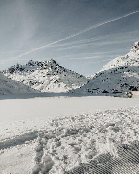 Tage wie diese... 😍 #bergemitwow . #silvrettasee #silvrettabielerhoehe #bergliebe #bergsee #blauerhimmel #schnee #bergwelten ...