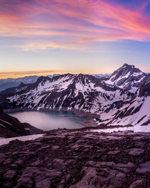 Winterlicher Blick, nach Sonnenuntergang, von der Totalphütte auf den Lünersee. #totalphütte #rätikon #lünersee #alpen #schneeschuhtour #schesaplana #luenerseebahn...