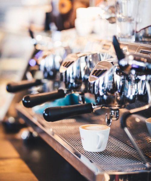 Dein Kaffee steht bereit! Komm vorbei und genieße deinen Energiebooster mit Blick auf ...