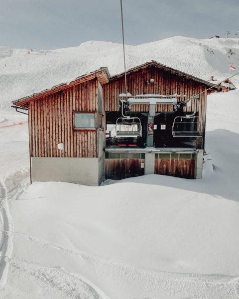 Open restraining bar just before unloading! ⚠ ⛷ #wintermitwow . #lifthaus #bergstation #matschwitz ...