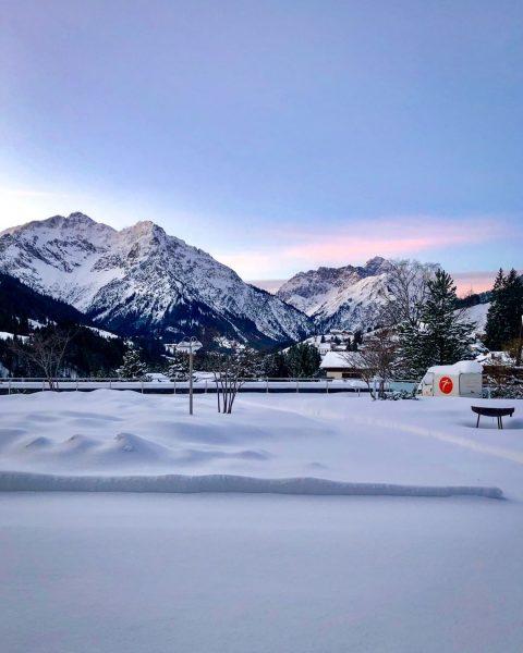 Unsere schönste Aussicht diese Woche: unsere mit frischem Schnee bedeckte Terrasse vor dem ...