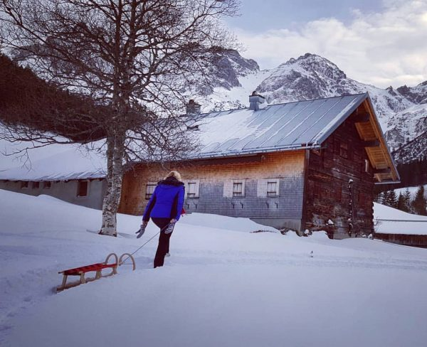 Winterwandelen en heerijk met de Rodel terugglijden! Rodeln macht Spass! #Kleinwalsertal #Oostenrijk #Vorarlberg ...