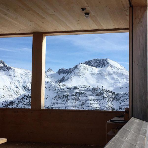 Architektur am Berg #hütte #holz #wood #alpen #arlberg #winter #framing #rahmen #holzrahmen #blick ...