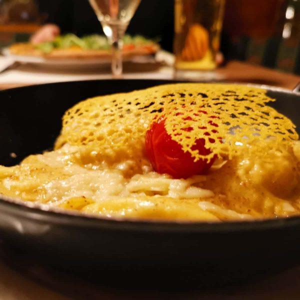 Wir lieben unsere Tiroler Schlutzkrapfen 🧡 Die Teigtaschen, bestehend aus einer Mischung Roggen- ...