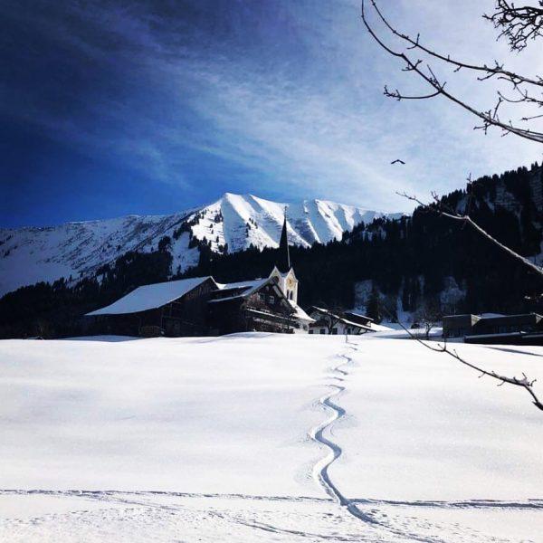 First line sogar mitten im Ort bringt Skifahrer Glücksgefühle #kleinwalsertal #riezlern #firstline #skifahren ...