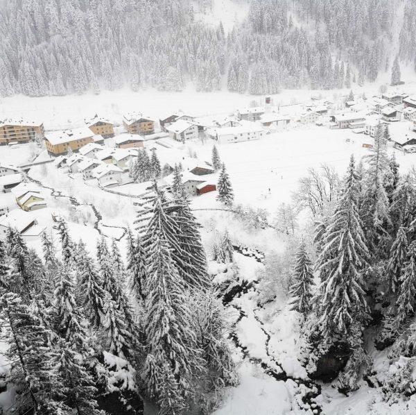 Auf dem verschneiten Panoramaweg in #Klösterle gibt es wunderschöne Aussichtpunkte. ❄️ . . ...
