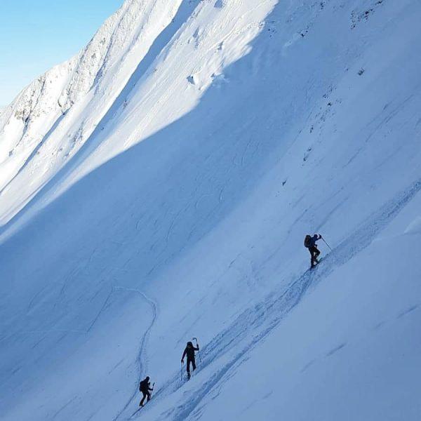 Heading up to #üntschenspitze 😅☀️🏔 🌟🌟🌟🌟🌟🌟🌟🌟🌟 #alpenliebe #augenblickberg #winterwonderland #bergwelten #alpensucht #themountainsarecalling #wanderlust ...
