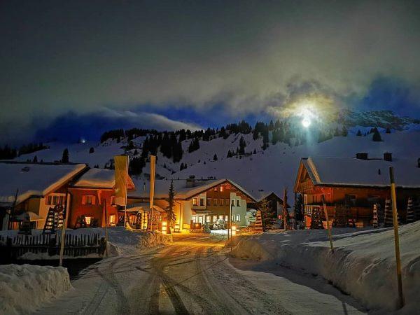 Der Vollmond kommt 🌝 #mohnenfluh #echtsein #echteberge #hotel #winter #mountains #mountainlove #mountainview #alpen ...