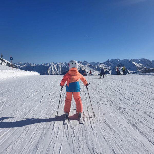 Rennfahrerin Mia am Ifen ❄️❄️❄️⛷⛷⛷☀️☀️☀️ #gummibärenbande #skischuleriezlern #kleinwalsertal #happysunday Skigebiet Ifen