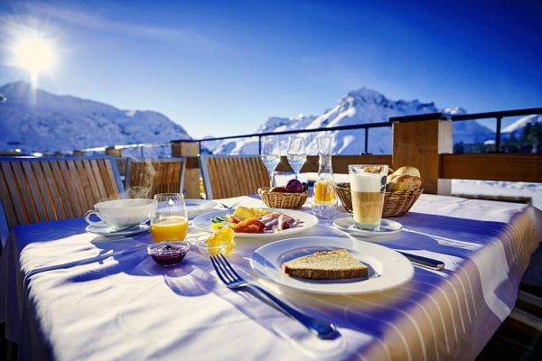 In der traumhaften Sonne mit atemberaubendem Ausblick das Frühstück genießen - was gibt ...