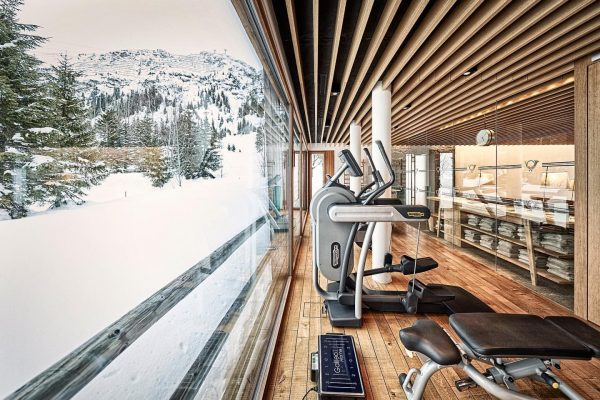 Stay motivated 👍🏻 . Fitness studio with a winter landscape view⁠ 🏋🏼‍♂️💪🏻 .⁠⠀ Photo credit: hotelphotographer.at⁠⠀ #fitness...