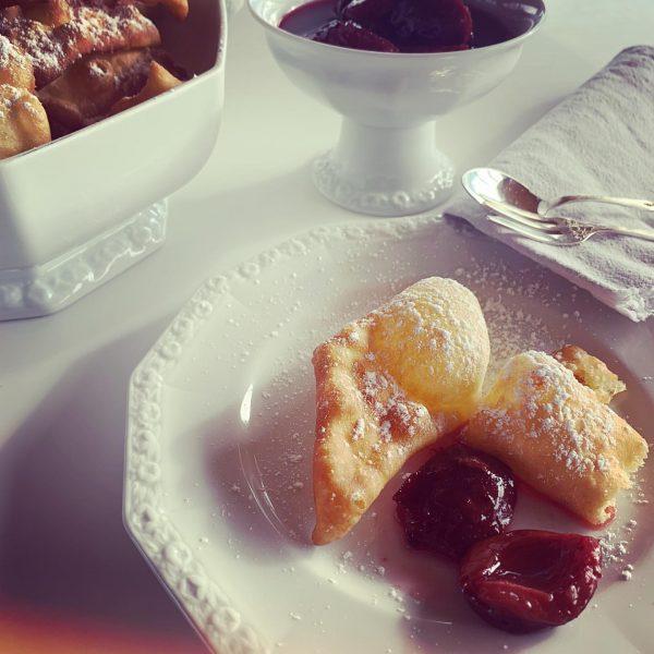 Heute mal eine süße Hauptspeise. Polsterzipfel mit eingemachten Zwetschgen. Kochen ist Handwerk #fraukaufmann ...