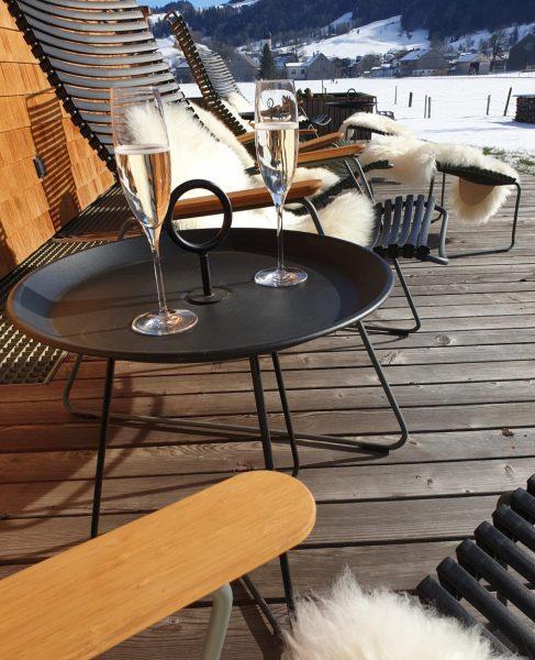 Unsere Terrasse - perfekt um die Sonnenstrahlen zu genießen☀️ @schtubat @visitbregenzerwald @visitvorarlberg @bregenzerwaldalpen #schtûbatexclusiv #andelsbuch #boutiquehotel #greenhotel...