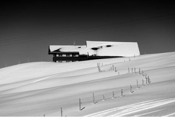An den Hängen des Kleinwalsertals stehen zahlreiche Hütten, Älpele oder Bergbauernhöfe und blicken ...