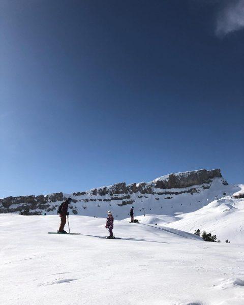Wintertag Perfection. #austria #kleinwalsertal #ifen #skiing #snow #skiingwithkids #bluebird #happydays #mountains #mountainlove #familytrip ...