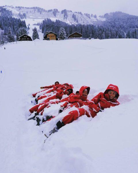 Snow jump ⛄ • #kleinwalsertal #winterwonderland #whereyourheartbeats #winterparadise #wintersport #holidays #skiurlaub #schnee #snow ...